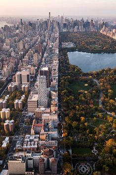 paisaje urbano Worlds Apart via CityRulers - The Best Photos and Videos of New York City including the Statue of Liberty, Brooklyn Bridge, Central Park, Empire State Building, Chrysler Photographie New York, Places To Travel, Places To Visit, Travel Destinations, Voyage New York, Concrete Jungle, Weekend Trips, Belle Photo, Travel Inspiration