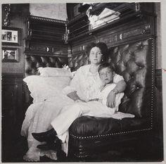 A Imperatriz Alexandra e seu filho Czarevich Alexei em um camarote do Standart.