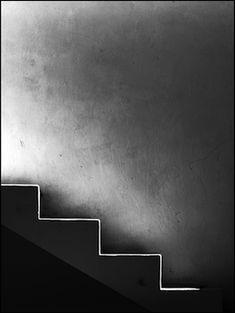 #Escaleras   claro, obscuro hundidas en la pared, una #Arquitectura Minimlista, @Mooblia No cabe duda que menos siempre sera mas! Light and shadow as formgiver. Beautiful.