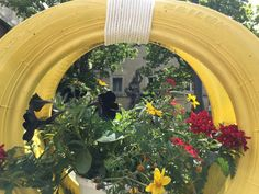 Una rueda hecha macetero.Decoración floral de Sanmarino