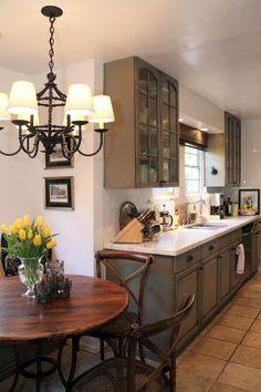 Cucina rustica con lampadario in stile country