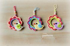 patrón de crochet - ganchillo un pequeño pájaro sentado en un ornamento de la guirnalda colgante
