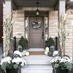 25 Autumn Front Porch Decoration for Your Inspiration Front porch design may also benefit from themed decor based autumn. you must to make sure that your home looks its best in your front porch. Farmhouse Front Porches, Small Front Porches, Front Porch Design, Rustic Farmhouse, Fall Home Decor, Autumn Home, Veranda Design, Front Door Decor, Front Porch Fall Decor