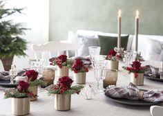 Rosedekorasjonene er fine å pynte julebordet med.