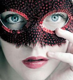 Z perspektywy psychologicznej maski są czymś znacznie więcej niż fałszem.