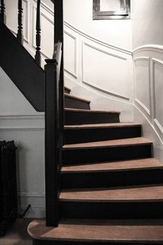 Pure and simple design in this Parisian interior Laure Vial du chatenet et Bertrand, Marie 16 ans, Blanche 10 ans et César 4 ans. Entry Stairs, House Stairs, Staircase Landing, Black Stairs, Painted Stairs, Painted Wood, Stair Railing, Wood Doors, House Painting