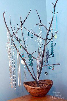 Cómo ordenar collares y pendientes en la pared. una rama de árbol seco que permite tener tus mejores joyas a la vista y de manera decorativa. Es muy importante cómo vaya ajustado a la base, ya que el peso de los collares puede hacer peligrar el equilibrio del árbol. Vía: www.prettyhandygirl.com