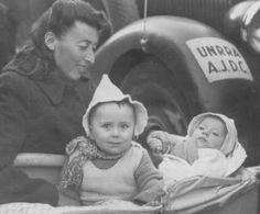 Refugiados judeus poloneses chegando ao campo de deslocados de guerra de Babenhausen, onde o Comitê da Junta Judaica Norte-Americana de Bem-Estar Social juntamente com a Administração das Nações Unidas para Assistência e Reabilitação lhes proporcionavam ajuda. Alemanha, 20 de agosto de 1947.