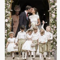 """Hoy nos despertamos con las imágenes de la boda """"semi real"""" �� de Pippa Middleton, hermana de Kate Middleton, con su ahora esposo el empresario James Matthews, en Inglaterra. �� Su vestido es un modelo exclusivo, diseñado por Giles Deacon, valorado en unos 12.000 euros. El encaje se hizo presente, al igual que el cuello alto, las mangas cortas y un escote semi abierto en la espalda, acompañados de un velo largo y una tiara. ����✨ Así lució la corte de pajes en esta boda tradicional estilo…"""