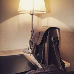 Pensando en adquirir una #bolsa #mochila para llevar tu #flash #speedlight , no te olvides de la propuesta de #nanodelarosa  su #satchel mas clásico yo lo uso todos los días y es cómoda y fácil de acceder #nosvemosenlastiendas by #thebackpack #outletgacela #bolsosazkona