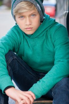 He's cute, he's smart, he's young, AND he's famous wow huge threat guys keep your ladies away from this guy! Thomas Kuc, Youtube Stars, Marvel Funny, Mannequin, Cute Boys, Boy Fashion, Tv Shows, Turtle Neck, Teen