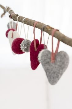 Felt hearts from yarn Novita Joki - Novita knits Cottage Christmas, Woodland Christmas, Nordic Christmas, Christmas Craft Fair, Felt Christmas, Christmas Decorations, Needle Felted Ornaments, Felt Ornaments, Felt Animal Patterns