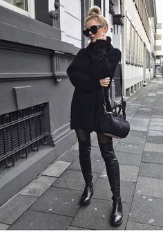 Long boots, oversize sweather and purse, all black! Look Fashion, Fashion Models, Fashion Outfits, Womens Fashion, Fashion Trends, Fashion Beauty, Celebrities Fashion, Classic Fashion, Fashion Tips