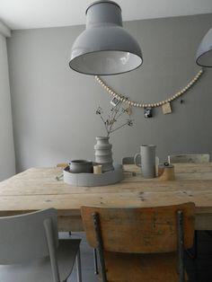 ♥ Mooie houten eettafel gecombineerd met verschillende stoelen en 2 stoere lampen.