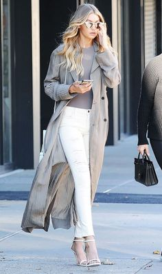 Gigi Hadid wears distressed white jeans with a taupe tank, long jacket and simple two-strap heels. Gigi Hadid wears distressed white jeans with a taupe tank, long jacket and simple two-strap heels. Estilo Gigi Hadid, Gigi Hadid Style, Gigi Hadid Outfits, Gigi Hadid Jeans, Gigi Hadid Fashion, Gigi Hadid Looks, Gigi Hadid Casual, Gigi Hadid Dresses, Street Style Outfits
