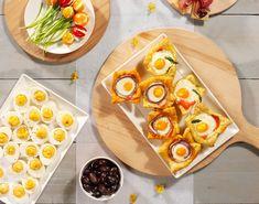 Je steelt de show met deze brunch van heerlijke bladerdeeghapjes, gevulde eieren, feestelijk gepresenteerde tomaatjes en crackers met parmaham, paté, olijven-vijgenspread en wijngelei.