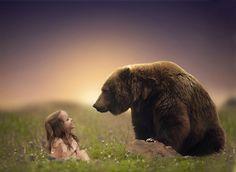 Hon tar sin kamera till hjälp och väcker liv i barnens vildaste fantasier. Vilka fantastiska bilder!