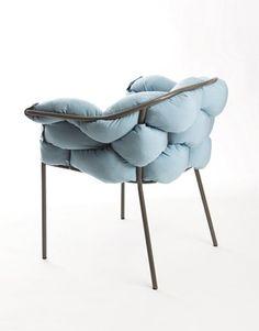 fauteuil en métal de coussins entremêlés, tressés