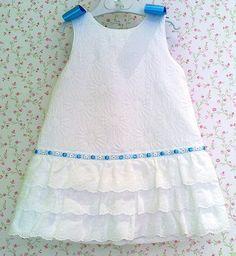 Vestido de piqué blanco labrado con volantitos de titra bordada, el toque azulón en el pasacintas y lazote en los hombros.Muy bonito.  Ver v...