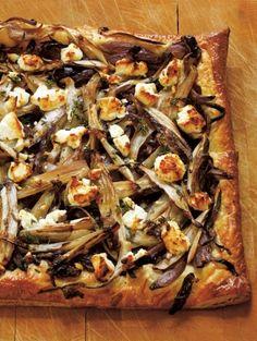 BEREIDINGVerwarm de oven voor op 210°C. Laat de plakjes bladerdeeg ontdooien. Verhit 1 el boter in een koekenpan. Voeg de uien toe en laat ze op laa...