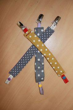 Et oui, c'est comme ça! Avec une mini crevette qui passe son temps à tout envoyer valser par terre, j'attache... les sucettes! Comme je... Sewing Projects For Kids, Sewing For Kids, Baby Sewing, Diy Bebe, Fabric Toys, Diy For Girls, Baby Crafts, Baby Boy, Crochet