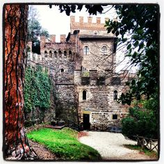 Le antiche suggestioni del #castello Pallotta di Caldarola: ogni pietra una storia da ascoltare... #marche