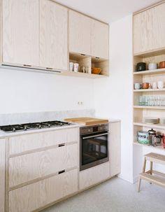 Une cuisine en bois associée à du marbre
