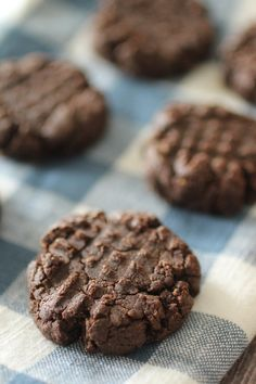 These chocolate peanut butter protein cookies are so simple to make, and the nutritional facts are just as impressive as the taste! They hold up wonderfully to make amazing ice cream sandwich cookies as well! Greek Yogurt Cookies, Cookie Dough Yogurt, Pb2 Cookies, Peanut Butter Protein Cookies, Peanut Flour, Ice Cream Cookie Sandwich, Sandwich Cookies, Peanuts Nutrition, Coffee Nutrition