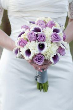 bouquet rond en blanc et lavande d'hortensias, roses et arums