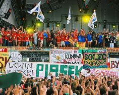 """Patrolowcy co roku są na scenie podczas rozpoczęcia Przystanku Woodstock. Razem z Jurkiem i Romanem Polańskim, zawiadowcą stacji Żary, który odgwizduje: """"Przystanek Woodstock odjazd!"""". Fot. Michał Sandecki"""
