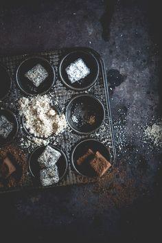 Truffes au chocolat noir, à La poudre de noisettes, à la noix de coco râpée Energy Bites, Truffles, Waffle, Food Photography, Sweets, Baking, Lifestyle, Cake, Photos