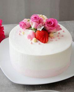 Toivottavasti teillä on ollut ihana viikonloppu, minulla ainakin on (Leijonien pelistä huolimatta) 😊 Tässä yksi kakku äitienpäivältä...#leivonta #leivojakoristele #kermakakku #mansikkakakku #mansikkamousse #ruusut #baking #creamcake #strawberrycake #strawberrymousse #cakelove #cakeofinstagram #cakephotography #cakepic #foodloverfi #pienetherkkusuut