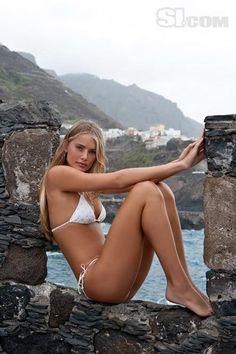 hot-actress-tori-praver-bikini-swimsuit-model-10