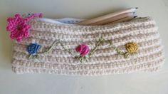 Astuccio in maglia di lana con fiori ricamati di AsoleDiSole