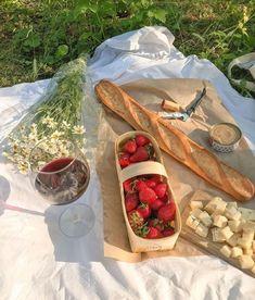 Picnic Date, Summer Picnic, Cute Food, Good Food, Yummy Food, Comida Picnic, Food Porn, Think Food, Aesthetic Food