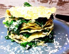 Omelett-Turm mit Spinatfüllung - gesundes Rezept zum Abnehmen. Mit Eiern, Blattspinat, roten Zwiebeln und Cremefine zum Kochen. Schnell und lecker.