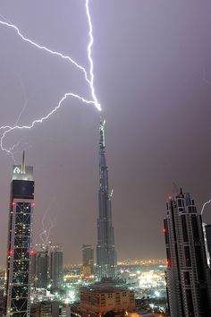 Lightning storm in Dubai, U. striking the tallest building in the world, the Burj Khalifa. Tornados, Thunderstorms, Fuerza Natural, Lightning Photos, Lightning Photography, Living In Dubai, Thunder And Lightning, Lightning Storms, Lightning Rod