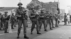 British Army arrived on the streets of Ulster summer of 69 to restore order. British Armed Forces, British Soldier, British Army, British Isles, Northern Ireland Troubles, Belfast Northern Ireland, Military Pictures, Remembrance Day, Paratrooper