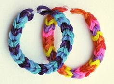 Leave the loom behind and make this Chunky Fishtail Rainbow Loom Bracelet without one! This easy bracelet tutorial shows you how to make a triple fish tail Rainbow Loom bracelet that is chunkier and more colorful than the typical loom bracelet. Rainbow Loom Tutorials, Rainbow Loom Patterns, Bracelet Patterns, Bracelet Designs, Monster Tail Loom, Fishtail Bracelet, Loom Craft, Rubber Band Bracelet, Rainbow Loom Bracelets