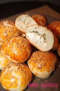 Bonjour à tous, Voici de délicieux petits pains/chaussons turcs farcis au fromage et ils sont bien moelleux