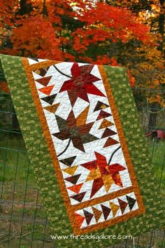 Fall quilt / table runner gift for grandma? Table Runner And Placemats, Table Runner Pattern, Quilted Table Runners, Fall Table Runner, Autumn Table, Halloween Quilts, Quilting Projects, Quilting Designs, Place Mats Quilted