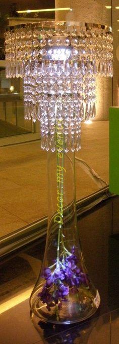 Centro de mesa con lampara tipo chandelier y colgantes de cristal con luz blanca