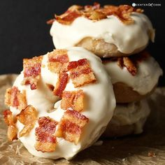 Maple Bacon Donuts- these baked donuts are so easy and delicious! The perfect salty and sweet dessert! Ugh love my maple bacon donuts Brownie Desserts, Just Desserts, Dessert Recipes, Desserts With Bacon, Health Desserts, Delicious Donuts, Delicious Desserts, Yummy Food, Baked Donut Recipes