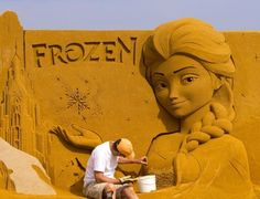"""20150612 - Escultor trabalha em arte inspirada no filme """"Frozen"""" durante o Festival de Esculturas de Areia em em Ostend, Bélgica. Trinta artistas de diversos países levaram quatro semanas construindo 150 esculturas gigantes inspiradas em temas na Marvel, Star Wars, Disney e filmes da Pixar. Seis mil toneladas de areia trazidas por 200 caminhões foram necessárias para fazer as esculturas que vão estar em exposição entre 13 de junho e 6 de setembro  PICTURE: Yves Herman/Reuters"""