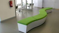 Moderno sofá para sala de espera.