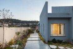 שביל של ריבועי בטון מוביל לדלת הכניסה. לאחר שהבית נבנה פנו בני הזוג - הורים לשלוש בנות - למעצבת פנים בבקשה ליצירת בית צבעוני, נעים, חם ולא סטנדרטי (צילום: טל ניסים) House Plans, Garage Doors, Architecture, Garden, Outdoor Decor, Inspiration, Design, Home Decor, Arquitetura