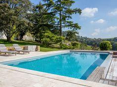 Le débordement par l'esprit piscine Piscine 9 x 4,50 m Revêtement gris clair Margelles en pierre naturelle Plage en pierre naturelle et Merbeau