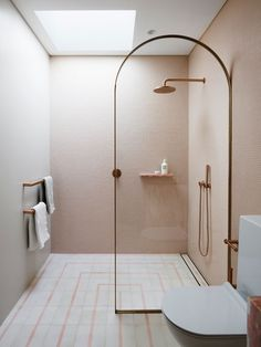 Five shower doors that prove archways are the next big bathroom renovation trends. Five shower doors that prove archways are the next big bathroom renovation trends. Design Scandinavian, Scandinavian Doors, Interior Design Minimalist, Minimalist Bathroom Design, Best Interior Design, Modern Minimalist, Pink Showers, Small Showers, Shower Storage
