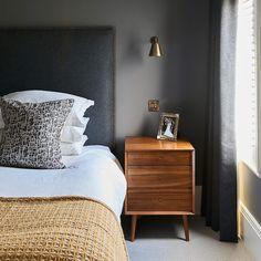 peinture chambre adulte gris, table de nuit meuble avec tiroirs en bois, tete de lit gris anthracite, linge blanc et couverture jaune