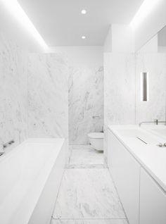 Krispigt vitt badrum i modern vinterskrud Utanför viner vinden och på de flesta håll ligger snön tjock. Precis som det...